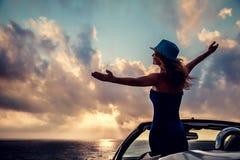 Силуэт молодой женщины ослабляя на пляже Стоковое Изображение RF