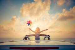 Силуэт молодой женщины ослабляя на пляже Стоковые Изображения