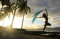 Силуэт молодой женщины скача на пляж Las Galeras Стоковое Фото