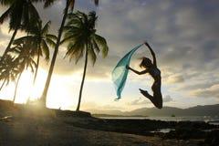 Силуэт молодой женщины скача на пляж Las Galeras Стоковые Изображения