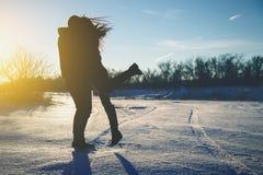 Силуэт молодой пары целуя в людях захода солнца Стоковые Фото