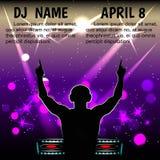 Силуэт мужчины DJ с наушниками, с вашими руками против ночного клуба Стоковая Фотография RF