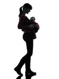 Силуэт младенца матери женщины идя Стоковое фото RF