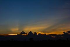 Силуэт на красочном заходе солнца Стоковое Изображение RF
