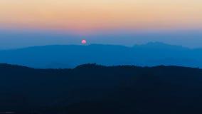 Силуэт на саммите холма понедельника Kluy, провинции Tak, Таиланда Стоковое Изображение RF