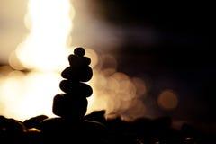 Силуэт над stupa камня моря на морском побережье Стоковое фото RF