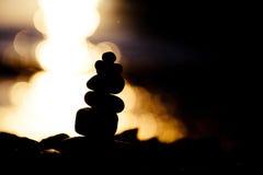 Силуэт над stupa камня моря на морском побережье Стоковое Изображение