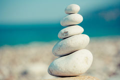 Силуэт над stupa камня моря на морском побережье Стоковое Фото