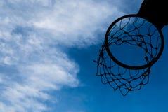 Силуэт обруча баскетбола с голубым небом Стоковые Изображения