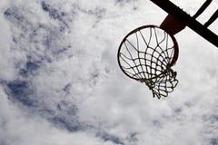 Силуэт обруча баскетбола с небом на заднем плане Стоковые Фотографии RF