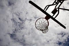 Силуэт обруча баскетбола с небом на заднем плане Стоковые Изображения RF
