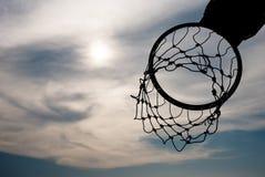 Силуэт обруча баскетбола с драматическим небом Стоковая Фотография RF
