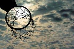 Силуэт обруча баскетбола с драматическим небом Стоковое Изображение RF
