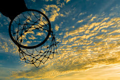 Силуэт обруча баскетбола с драматическим небом Стоковые Фото