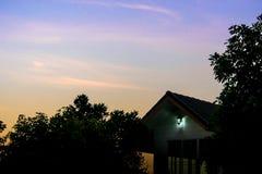 Силуэт дома и дерева в утре Стоковое Изображение RF