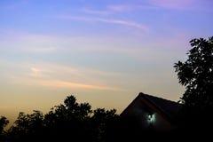 Силуэт дома и дерева в утре Стоковое Фото