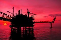 Силуэт, оффшорное масло и платформа снаряжения Стоковое Изображение RF