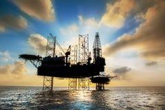 Силуэт, оффшорное масло и платформа снаряжения Стоковая Фотография RF