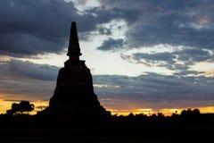 силуэт пагоды в Ayutthaya с красочным небом Стоковые Фото