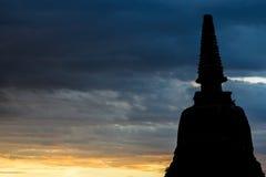 силуэт пагоды в Ayutthaya с красочным небом Стоковая Фотография RF