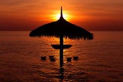 Силуэт парасоля на заходе солнца красивого моря тропическом Стоковое фото RF