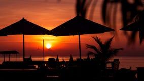 Силуэт парасоля на заходе солнца красивого моря тропическом Стоковые Изображения RF
