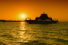 Силуэт парома против захода солнца Стоковая Фотография