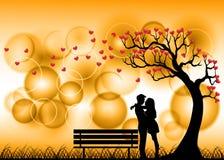 Силуэт пар датировка под деревом влюбленности стоковые изображения rf