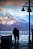Силуэт пар любит стоять в пункте вида на озеро wakatipu Стоковые Фотографии RF