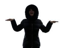 Силуэт пальто зимы женщины протягиванный оружиями счастливый Стоковые Изображения