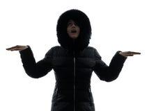 Силуэт пальто зимы женщины протягиванный оружиями счастливый Стоковая Фотография RF