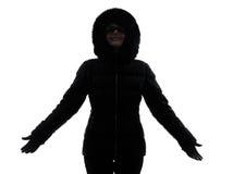 Силуэт пальто зимы женщины протягиванный оружиями счастливый Стоковые Фотографии RF