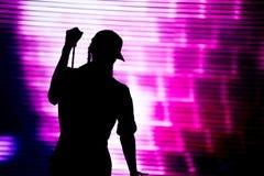 Силуэт петь художника в реальном маштабе времени на этапе Стоковое фото RF