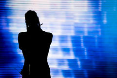 Силуэт петь художника в реальном маштабе времени на этапе Стоковая Фотография