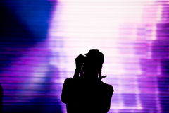 Силуэт петь художника в реальном маштабе времени на этапе Стоковые Фотографии RF