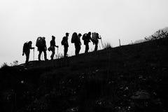 Силуэт пешего туризма людей Стоковое Изображение