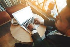 Силуэт подрезанной съемки красивого бизнесмена Стоковые Фотографии RF