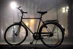 Силуэт припаркованного велосипеда Стоковое фото RF