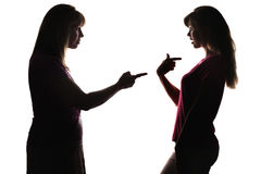 Силуэт проблемных отношений между матерью и подростком, мамой засовывает палец, обвиняя дочь Стоковые Изображения RF