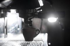 Силуэт процесса принятия кофе; чашка эспрессо и макинтош кофе Стоковое Изображение RF