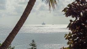 Силуэт платформы буровой вышки сверля взгляд сверху Atlantic Ocean Timelapse видеоматериал
