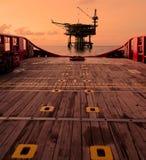 Силуэт платформы снаряжения в нефтяной промышленности нефти и газ Стоковые Фотографии RF