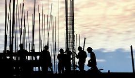 Силуэт рабочий-строителя на месте работы Стоковые Фотографии RF