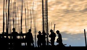 Силуэт рабочий-строителя на месте работы Стоковые Изображения RF