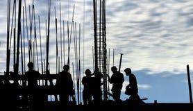 Силуэт рабочий-строителя на месте работы Стоковые Фото