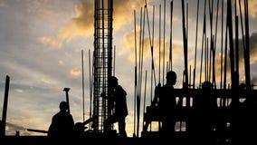 Силуэт рабочий-строителя на месте работы сток-видео
