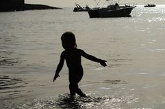 Силуэт ребенка на море Стоковые Фотографии RF