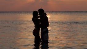 Силуэт романтичных пар целуя в море сток-видео