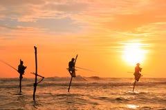 Силуэт рыболовов на заходе солнца, Unawatuna, Шри-Ланке Стоковые Фотографии RF
