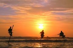 Силуэт рыболовов на заходе солнца, Unawatuna, Шри-Ланке Стоковое Изображение RF